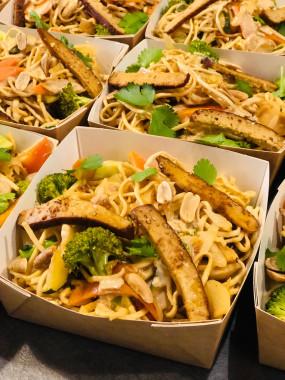 Wok végétarien,  nouilles et tofu fumé